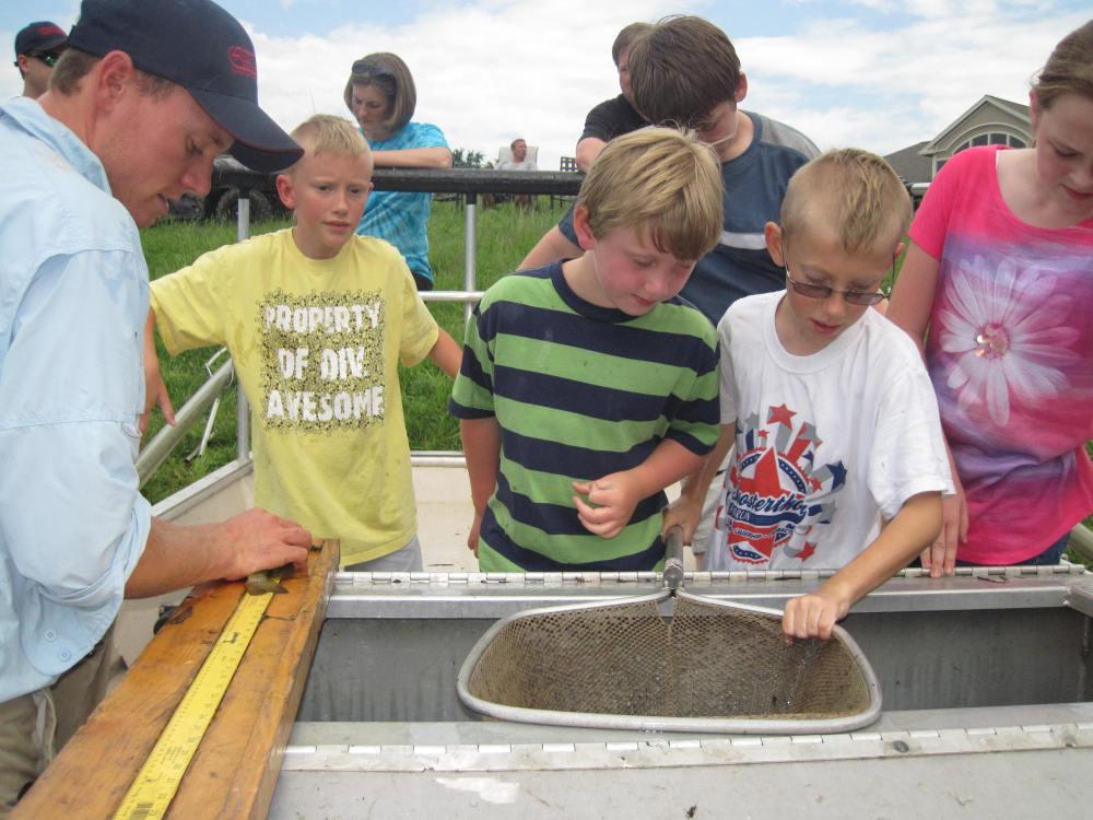 Kids measuring after electrofishing